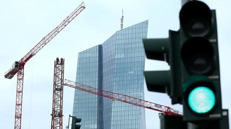 Des ouvriers travaillent sur une grue devant la Banque centrale européenne (BCE) à Francfort, en Allemagne, le 23 janvier 2020 (illustration).