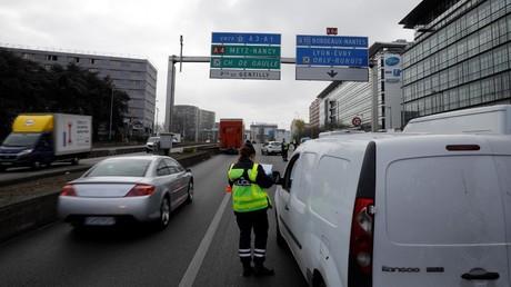 Un contrôle de police sur le périphérique, le 3 avril 2020, à Paris.