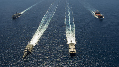 Photographie de la marineUS, le 11juillet 2014, alors que plusieurs navires transitent en formation au large des côtes de la Californie du Sud dans le cadre de l'exercice Rim of the Pacific (RIMPAC) 2014 (image d'illustration).