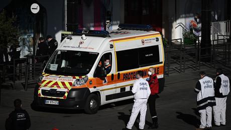 Une ambulance à l'extérieur de la gare d'Austerlitz (Paris), le 5 avril 2020, lors d'une opération d'évacuation par TGV de patients infectés par le Covid-19 (image d'illustration).