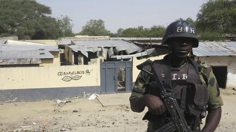 Un soldat des forces spéciales camerounaises se tient devant un bar près du pont d'Elbeid, détruit par Boko Haram, à Fotokol, le 17 février 2015.