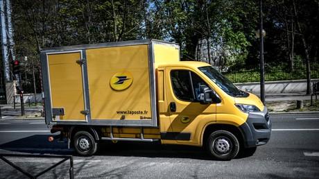 Un camion du groupe La Poste, le 26 mars 2020 à Paris (image d'illustration).