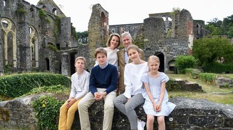 Le prince belge Emmanuel, le prince Gabriel, la princesse héritière Elisabeth, la princesse Éléonore, la reine Mathilde de Belgique et le roi Philippe posent à l'abbaye de Villers à Villers-la-Ville, le 24 juin 2018 (image d'illustration).
