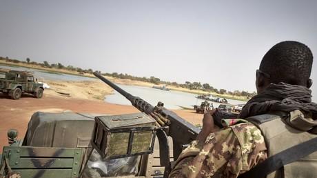 Un soldat de l'armée malienne lors d'une patrouille sur la route entre Mopti et Djenné, dans le centre du Mali, le 28 février 2020 (image d'illustration).