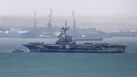 Le porte-avions Charles de Gaulle dans le port de Brest le 13 mars 2020 avant son départ en mission dans l'Atlantique.
