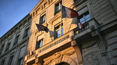 Selon les prévisions de la Banque de France (dont cette photographie montre la façade de l'immeuble de la  à Paris VI) chaque quinzaine de confinement coûtera à l'économie française 1,5 point de PIB (illustration).