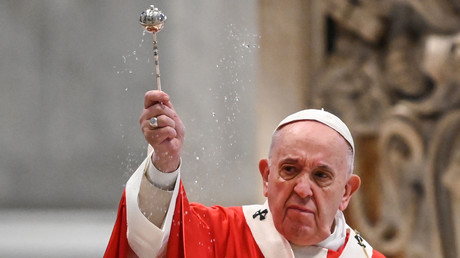 Le pape François célébrant la messe des Rameaux le 5 avril 2020 au Vatican, derrière les portes de la Basilique Saint-Pierre de Rome, fermées à cause du confinement (image d'illustration).
