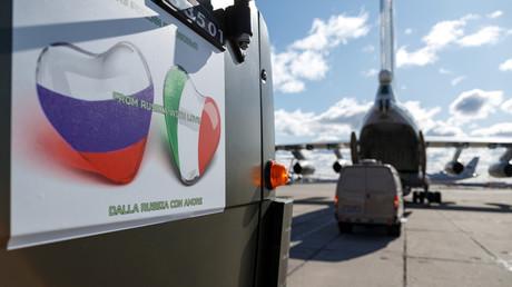 «De Russie avec amour», inscrit sur l'aide médicale envoyée par Moscou à Rome.