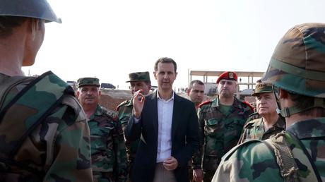 Le président syrien Bachar el-Assad rend visite aux troupes de l'armée syrienne dans la province d'Idlib, au nord-ouest de la Syrie, le 22 octobre 2019.  (Image d'illustration fournie par l'agence Sana)