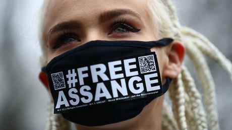 Une femme porte un masque en soutien à Julian Assange à l'extérieur de Woolwich Crown Court, avant une audience pour décider s'il doit être extradé vers les États-Unis. Londres, le 24 février 2020.