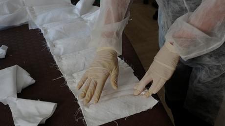 Une couturière fabrique des masques de protection, le 8 avril 2020, à Cannes (image d'illustration).