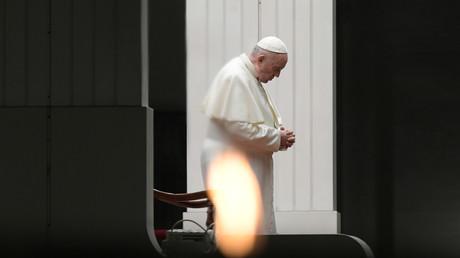 Le pape François dirige la procession de la Via Crucis (chemin de croix) lors des célébrations du Vendredi Saint devant la basilique Saint-Pierre, sans participation du public en raison de la pandémie de coronavirus (Covid-19), au Vatican le 10 avril 2020.
