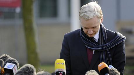 Julian Assange s'adresse aux médias en février 2011, devant la prison de Belmarsh (image d'illustration).