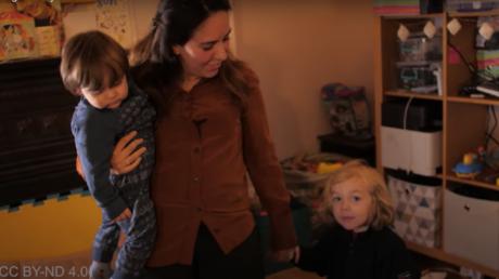 Stella Morris, la compagne du lanceur d'alerte Julian Assange, et leurs deux enfants, Gabriel et Max. Capture d'écran vidéo diffusée le 11avril 2020.