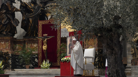 Le pape François lors de la messe du dimanche de Pâques le 12 avril 2020 à huis clos à la basilique Saint-Pierre du Vatican, pendant le verrouillage du pays visant à freiner la propagation du COVID -19.