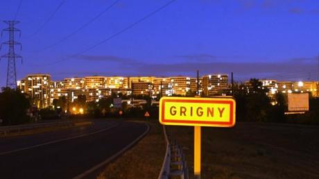 Un panneau de la ville de Grigny photographié dans la nuit, 2002 (image d'illustration).