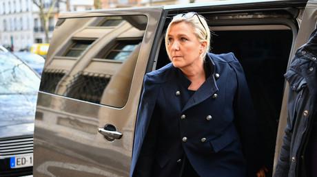 Marine Le Pen se rend à une réunion sur le coronavirus réunissant les leaders de partis, les présidents des deux chambres du Parlement et les chefs des groupes parlementaires, le 12 mars 2020 à Paris.