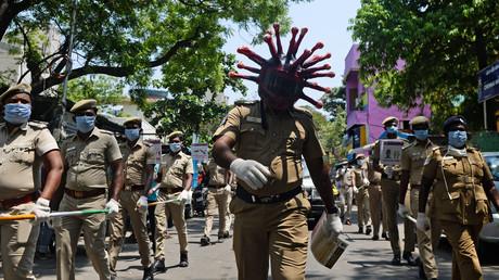 Un policier portant un casque imitant le Covid-19 participe à une marche pour sensibiliser le public à la pandémie, à Chennai le 12 avril 2020 (image d'illustration).