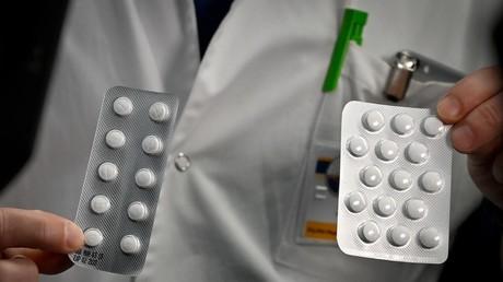 Une plaquette de Nivaquine, marque commerciale de la chloroquine, et de Plaquenil -nom de vente de l'hydroxychloroquine- présentées à l'IHU Méditerranée Infection de Marseille, le 26 février 2020.