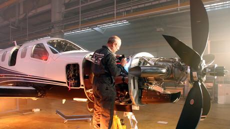 Un ouvrier sur la chaîne de montage de l'avion d'affaires monomoteur six places de Daher-Socata, le TBM 900, lors de sa présentation le 12 mars 2014 à Tarbes (illustration).