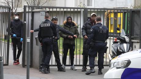Contrôle de police des attestations dérogatoires de sortie relatives aux mesures de confinement à Saint-Ouen en Seine-Saint-Denis, le 2 avril (image d'illustration).