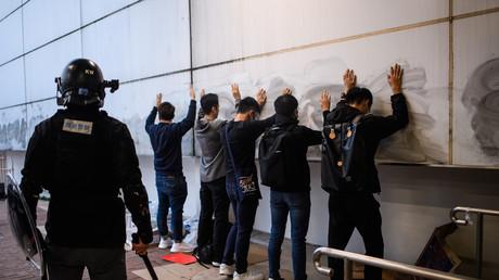 Des personnes sont arrêtées par la police après un rassemblement à Hong Kong, le 22 décembre 2019.