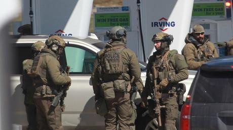 Policiers canadiens en discussion le 19 avril à Elmsdale en Nouvelle-Ecosse, après la neutralisation du tueur, un prothésiste dentaire de 51 ans, qui a fait 16 victimes au cours de son périple meutrier.