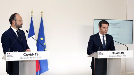 Le Premier ministre français Edouard Philippe et le ministre français de la Solidarité et de la Santé Olivier Veran, donnent une conférence de presse à propos du COVID-19, à l'hôtel Matignon, à Paris le 19 avril 2020 (image d'illustration).