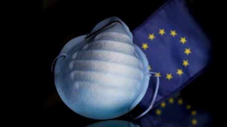 Photographie prise le 27 février 2020 à Bruxelles montrant un masque protecteur devant le drapeau européen (image d'illustration).