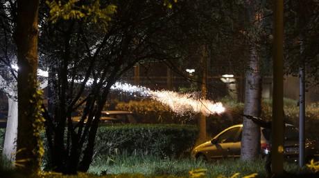 Un homme tire un feu d'artifice, dans la nuit du 20 avril, à Villeneuve-la-Garenne.
