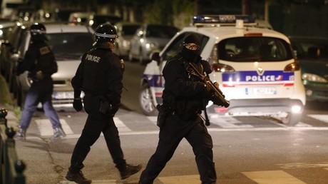 Agent de police français armé d'un lanceur de balle de défense (LBD) à Villeneuve-la-Garenne, banlieue du nord de Paris, le 20 avril 2020.