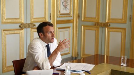 Le président Emmanuel Macron lors d'une visio-conférence au palais de l'Elysée à Paris le 16 avril 2020 (illustration).