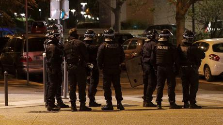 Des policiers nationaux déployés pour contenir des phénomènes de violences urbaines à Villeneuve-la-Garenne (Hauts-de-Seine) en plein confinement le 20 avril  2020 (image d'illustration).