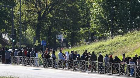 Habitants de Clichy-sous-bois (Seine-Saint-Denis) faisant la queue pour une distribution alimentaire de l'association ACLEFEU le 22 avril 2020.