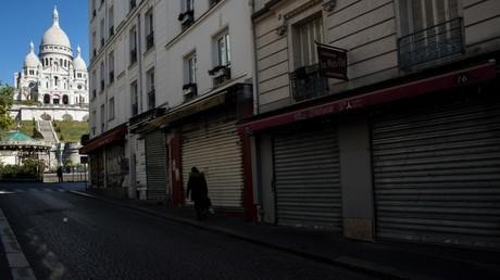 Une rue vide et des commerces fermés, à Paris, le 5 avril 2020.