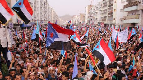 Des partisans du Conseil transitoire du Sud assistent à un rassemblement pour exiger l'indépendance du sud Yémen, dans la ville portuaire d'Aden, le 7 juillet 2017.