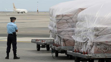 Un gendarme français surveille une cargaison de 25tonnes de matériel en provenance de Chine, dont des milliers de masques, à l'aéroport de Nice, le 13avril 2020 (image d'illustration).