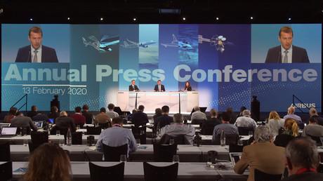 Guillaume Faury (sur les écrans et au centre)  lors de la conférence de presse annuelle du groupe le 13 février 2020 au siège d'Airbus à Blagnac dans le sud-ouest de la France (illustration).