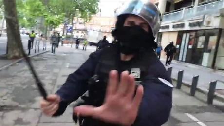 Un commissaire divisionnaire de police s'approche d'un journaliste RT France à Toulouse, le 25 mai 2019.