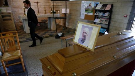Le cercueil de Philippe Lerche, médecin mort du Covid-19, durant ses funérailles à Villers-Outreaux, dans le nord de la France, le 23 avril 2020.