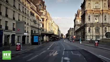 La rue de Rivoli à Paris, au niveau de l'Hôtel de ville, quasiment déserte, le week-end du 18 avril 2020 (illustration).