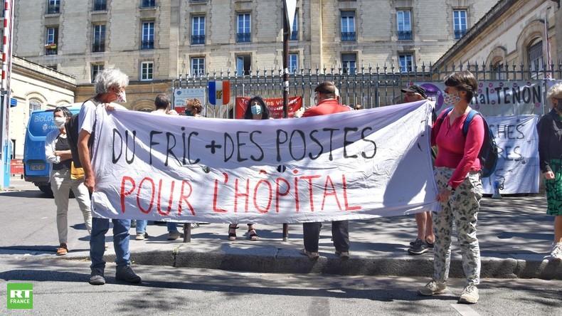 «Pas des médailles mais des moyens» : rassemblement devant l'hôpital Tenon à Paris
