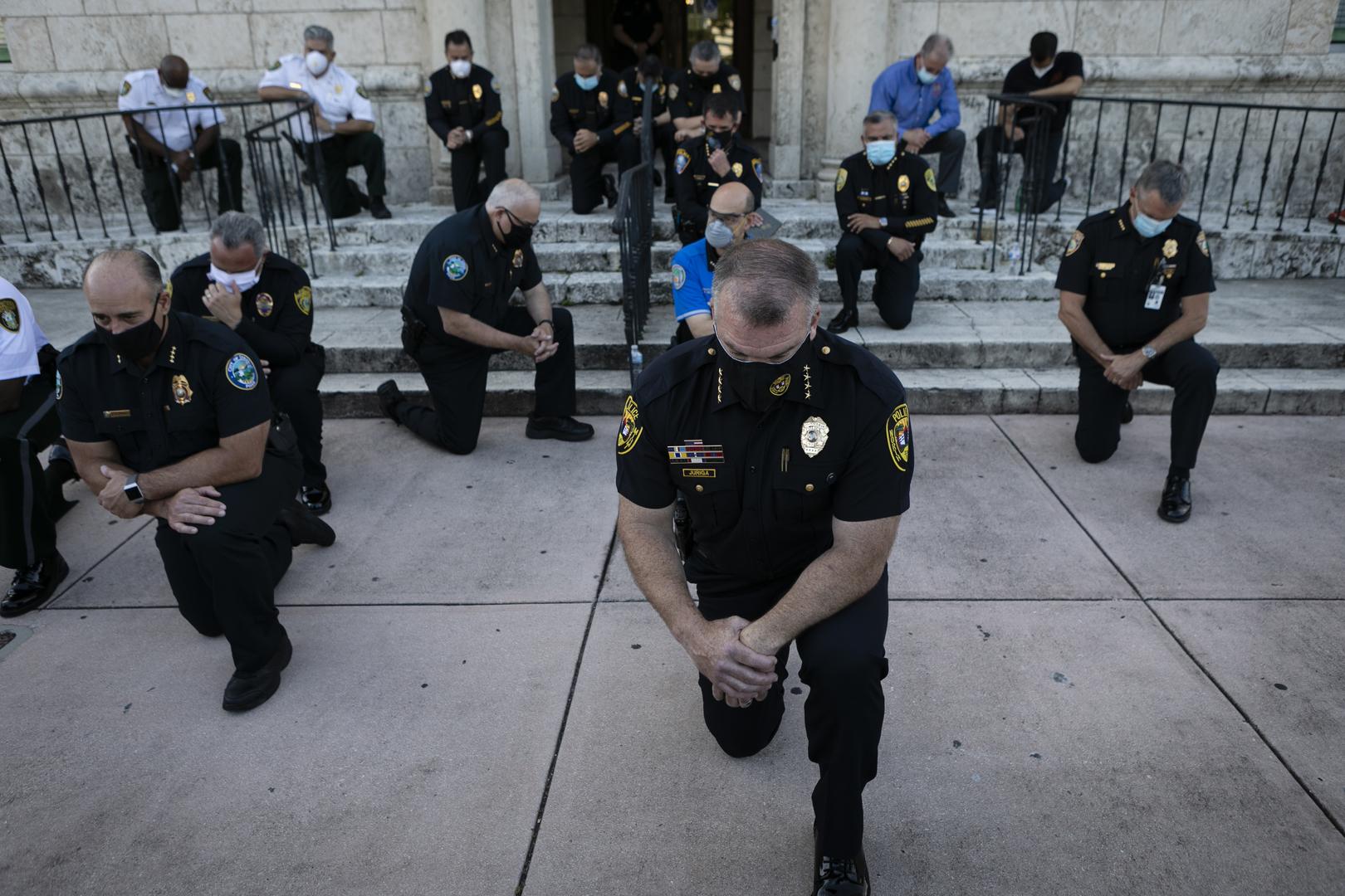 Etats-Unis : des policiers posent un genou à terre, en solidarité avec les manifestants