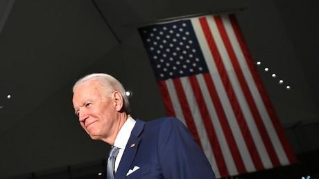 Le candidat démocrate Joe Biden fraîchement investi sort du musée de la Constitution à Philadelphie en Pennsylvanie le 10 mars 2020 (image d'illustration).