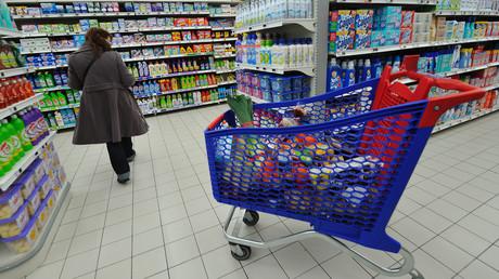 Une personne fait ses courses, le 20 janvier 2012, dans un supermarché (image d'illustration).