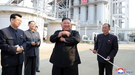 Le dirigeant nord-coréen, Kim Jong-un, visite l'usine d'engrais de Suchon, le 1ermai 2020.