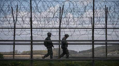 Soldats sud-coréens devant un grillage de la zone démilitarisée (image d'illustration).