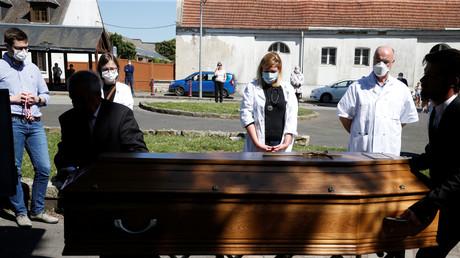 Image d'illustration. Soignants assistant le 23 avril à Villers-Outreaux, aux funérailles du médecin Philippe Lerche, mort de l'infection au coronavirus.