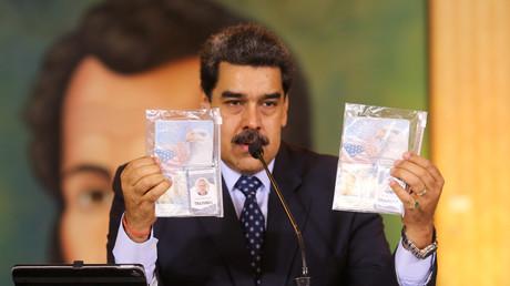 Des documents personnels sont montrés par le président du Venezuela, Nicolas Maduro, lors d'une conférence de presse virtuelle à Caracas, Venezuela, le 6 mai 2020.