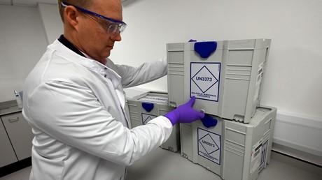Un scientifique britannique transporte des échantillons prélevés sur des malades infectés au Covid-19, dans un laboratoire situé à Cheshire, dans le nord-ouest de l'Angleterre, le 22 avril 2020 (image d'illustration).